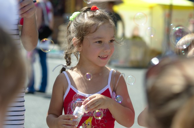 Arsat H 2 50mm sample photos child portrait, bubbles